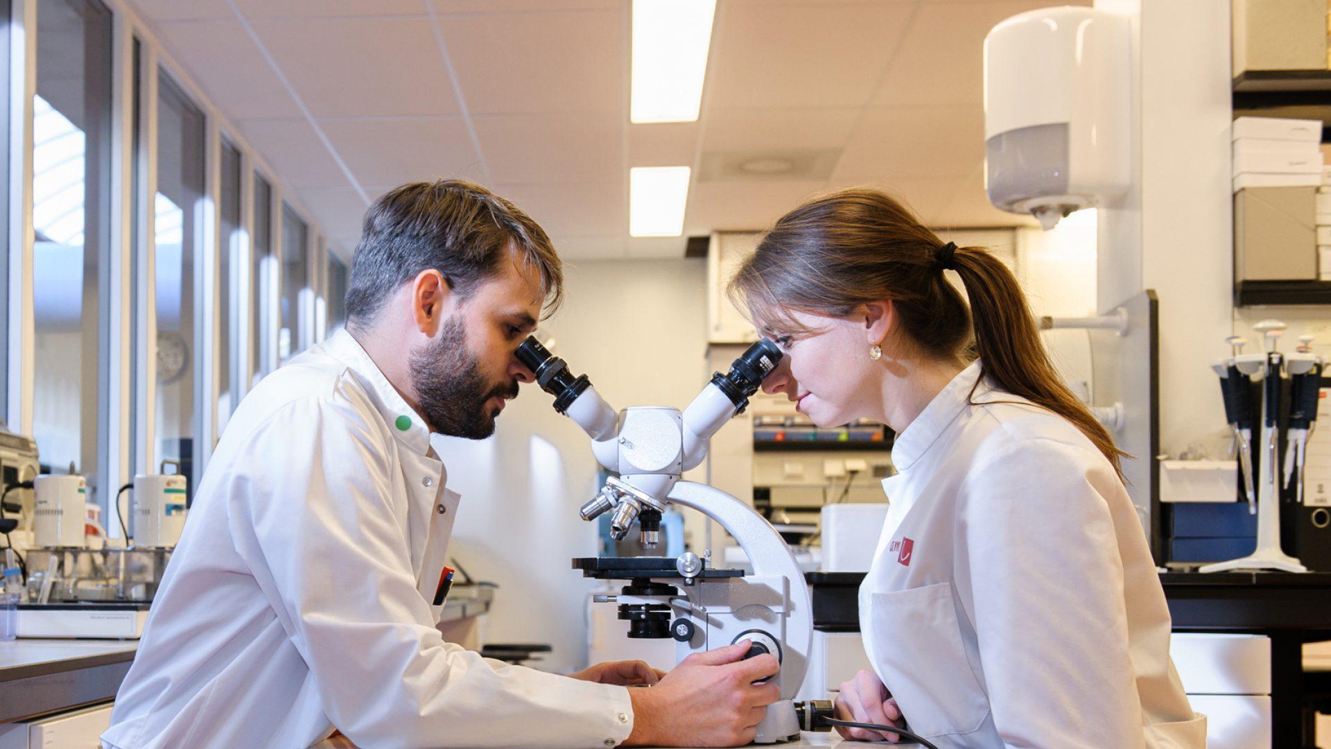 Wetenschappelijk-onderzoek-microscoop-tegel-onderzoek